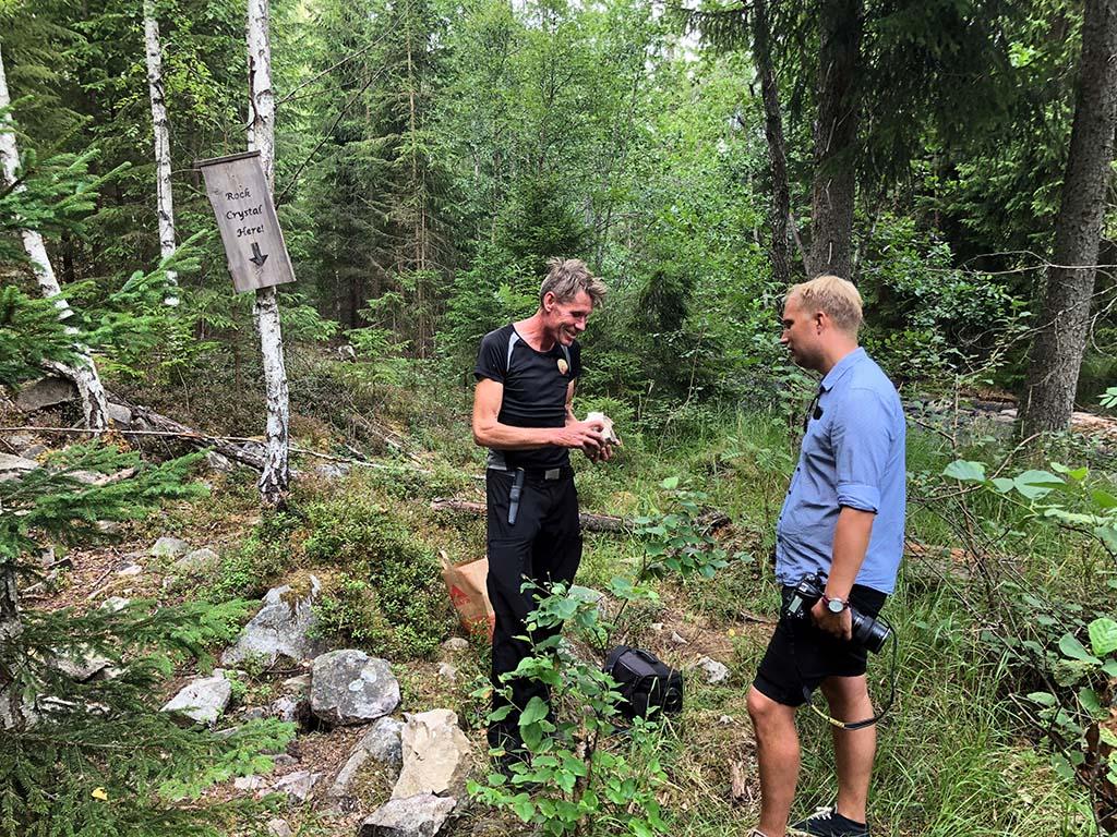 Smålandsposten är på besök för att titta på Jonas fynd från Guldgruvan.